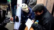 Анонимните помагат на бездомен човек