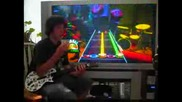 Дете Нарежда 2 Кубчета На Рубик Докато Играе На Guitar Hero Без Да Гледа