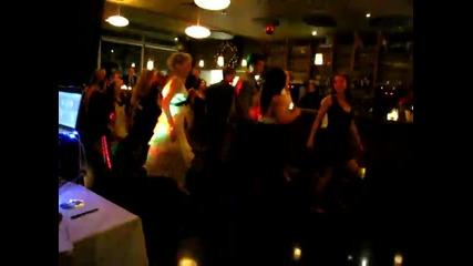 Жена прави на мъжа си танцова изненада за сватбата им
