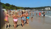 Изпълнение на български фолклорен танц на плажа във залива Перла
