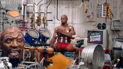 Музика чрез мускулите си ! Невероятно ! Човека оркерстър!