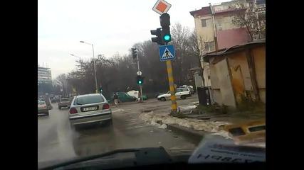 Луд! Бос по асфалта, но защо през зимата ? :)