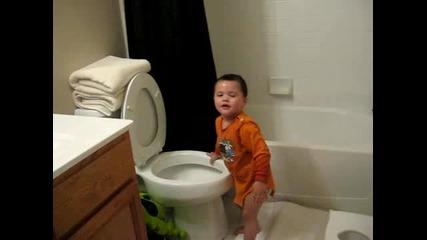 Много смях с едно бебе в тоалетната