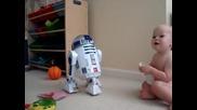 Бебе си лафи с робот