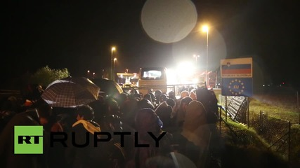 Croatia: Refugees brave pelting rain crossing border to Slovenia