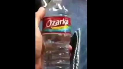 Пич изпива вода от бутилка за 2 секунди!