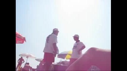 Роми правят шоу докато продават царевица на плажа