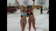 Голи блондинки в снега ! - смях
