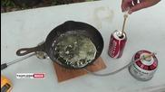 Наливане на кока кола върху разтопено олово