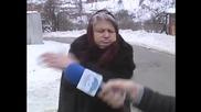 Възрастна жена наби микрофона и ощастливи майката на репортера