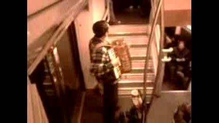 Музикант Във Влак В Париж