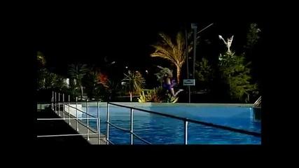 Смях ... Мацката в басейна си намери майстора!