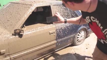 Не е за вярване! Руска мутра залива с бетон кола, запушила неговия Крайслер на паркинг