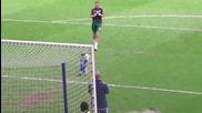 Малкия показва на отбора , как се вкарва гол !