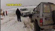 Издърпване на потънал автомобил от заледено езеро