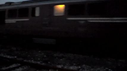 товарен влак с хопер вагони отпатува от гара Пю