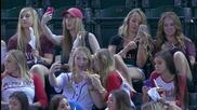 Тинейджърки на бейзболен мач