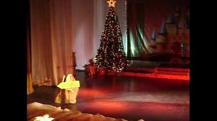 танц на малките бабаи Яги в Коледна приказка