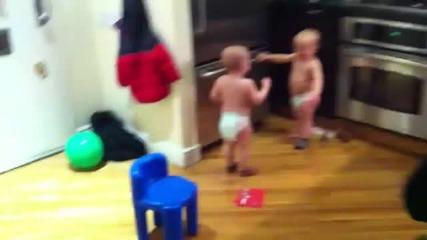 Сладки близнаци си говорят на бебешки