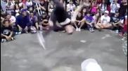 Танцова битка между хлапе и професионалист.