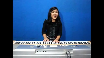 Тя е само на 8, а пее и свири едновременно!
