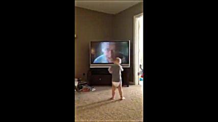 """Реакцията на бебе, което гледа филма """" Роки"""""""