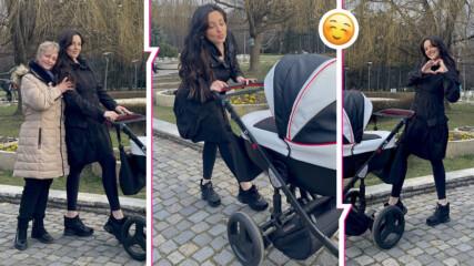 Разходка по женски: Симона изведе малката Галина, компания им прави гордата прабаба