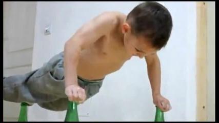 Дете прави лицеви опори върху стъклени бутилки