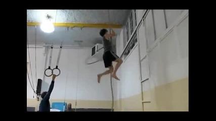Катерене на въже и въртене на обръч в един и същи момент