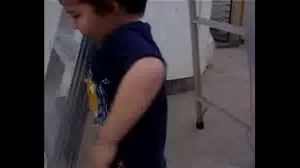Най - Малкия Човек Трениращ Паркур!