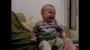 Сладко бебе се смее много яко !