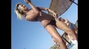 Готина мацка танцува на плажа