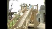 Сладки малки пандички си играят с децата на пързалката