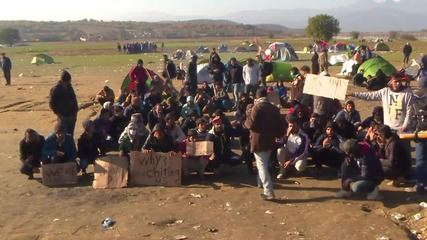 Greece: Iranian and Moroccan refugees stage protest at Macedonian border