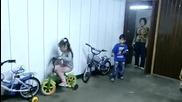 3 годишно момиче паркиране с Ръчна