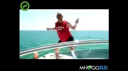 Пиян руснак на яхта върти бесни танци