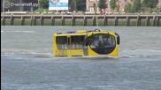Автобус плува заедно с корабите.марка Титаник.