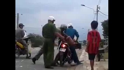 Как наказва полицията във Виетнам за возене без каска (видео)