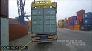 Мощен пристанищен кран вдига камион вместо трансконтейнер !