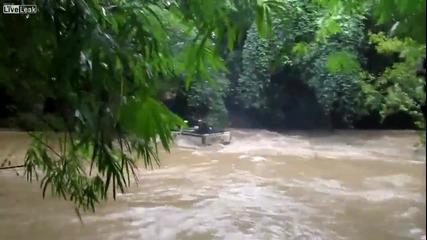 Лудо пресичане на река с пикап Toyota