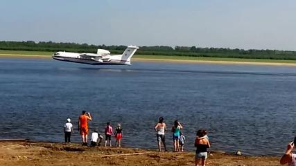 Зареждане на пожарникарски самолети с вода от река