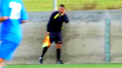 Футболен съдия говори по джисиема си по време на мач
