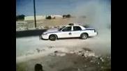 Полицай прави слънца със служебната си кола