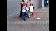 куклите играе кючек джангър лангър :d