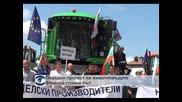 Протест на животновъди блокира главен път