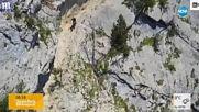 НА РЪБА: Колоездач минава по крайно екстремни терени