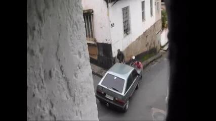 Избяга им колата ...