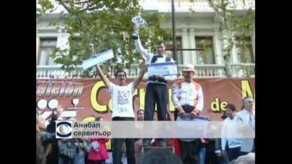 Сервитьори бягаха с пълни табли на състезание в Буенос Айрес
