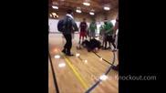 Вижте Смешен бой по време на баскетболен мач