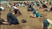Австралийци протестират с глави заровени в пясъка